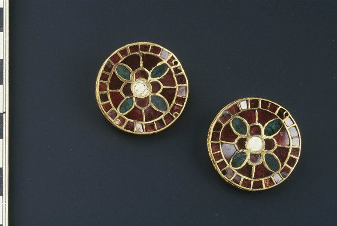 Round gold-plated flat clasps found in the grave of an Alemanni woman, site: Kranj, Lajh (photo: Tomaž Lauko)